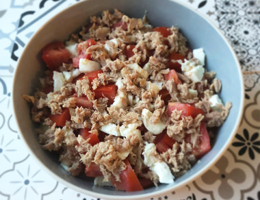 Salade de tomates miettes de thon mozzarella